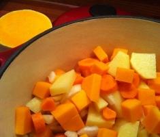 Zuppa di zucca, patate e noce moscata